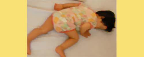 睡眠する乳幼児